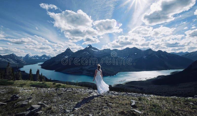 Kvinna på semester i kanadensiska steniga berg arkivfoto