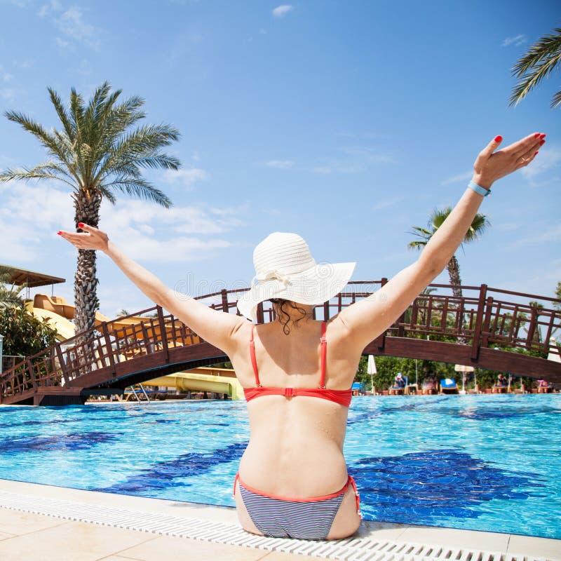 Kvinna på simbassängen arkivbild