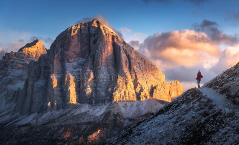 Kvinna på slingan som ser på maximum för högt berg på solnedgången arkivfoto
