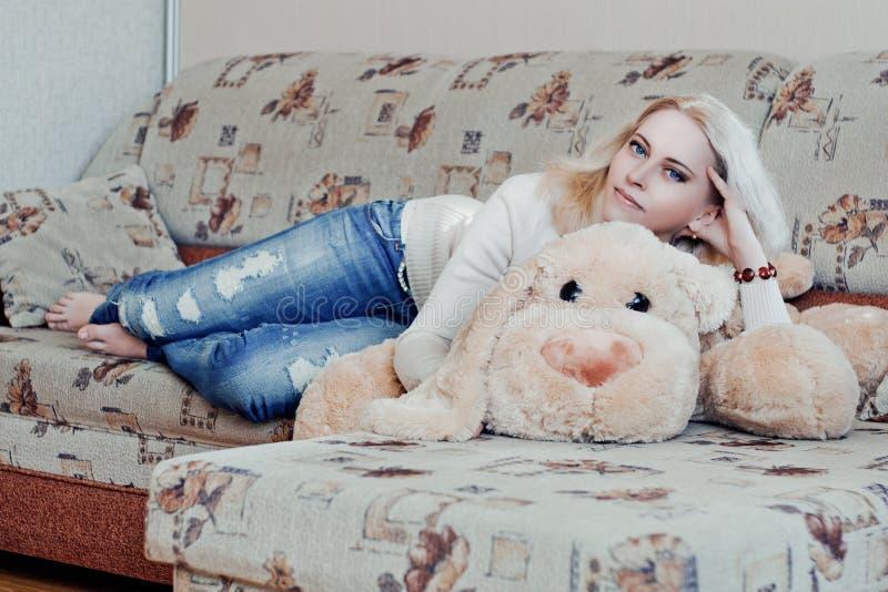 Kvinna på soffan arkivbilder