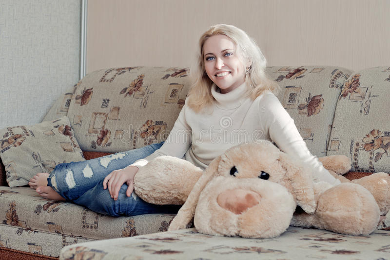 Kvinna på soffan royaltyfria foton