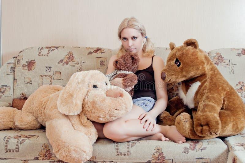 Kvinna på soffan royaltyfri fotografi