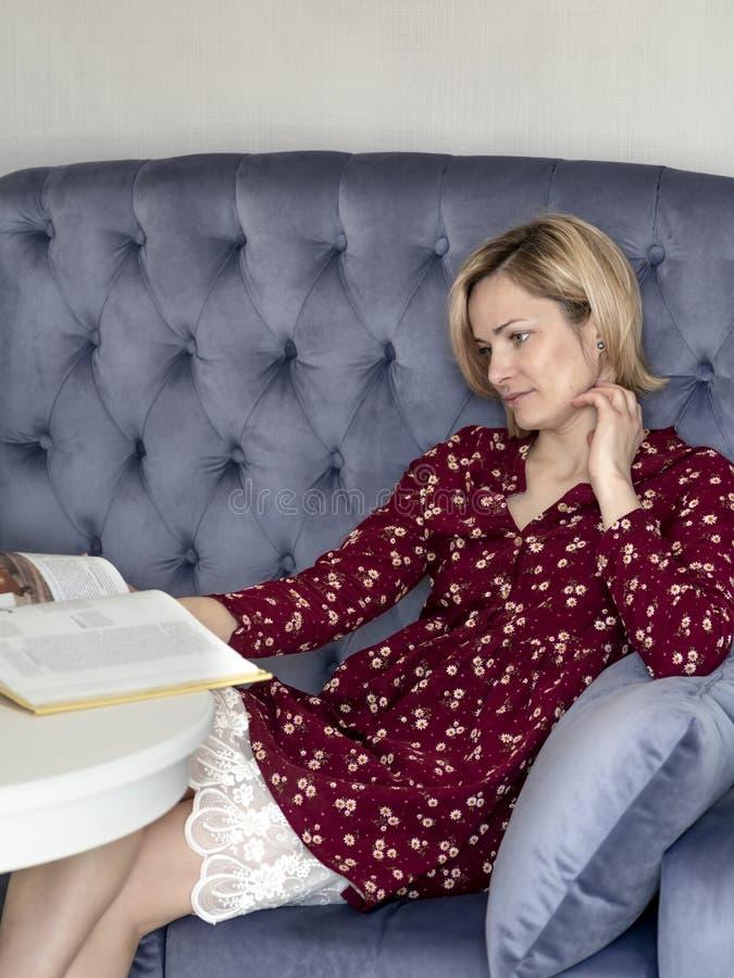 Kvinna på soffan i rummet royaltyfri bild
