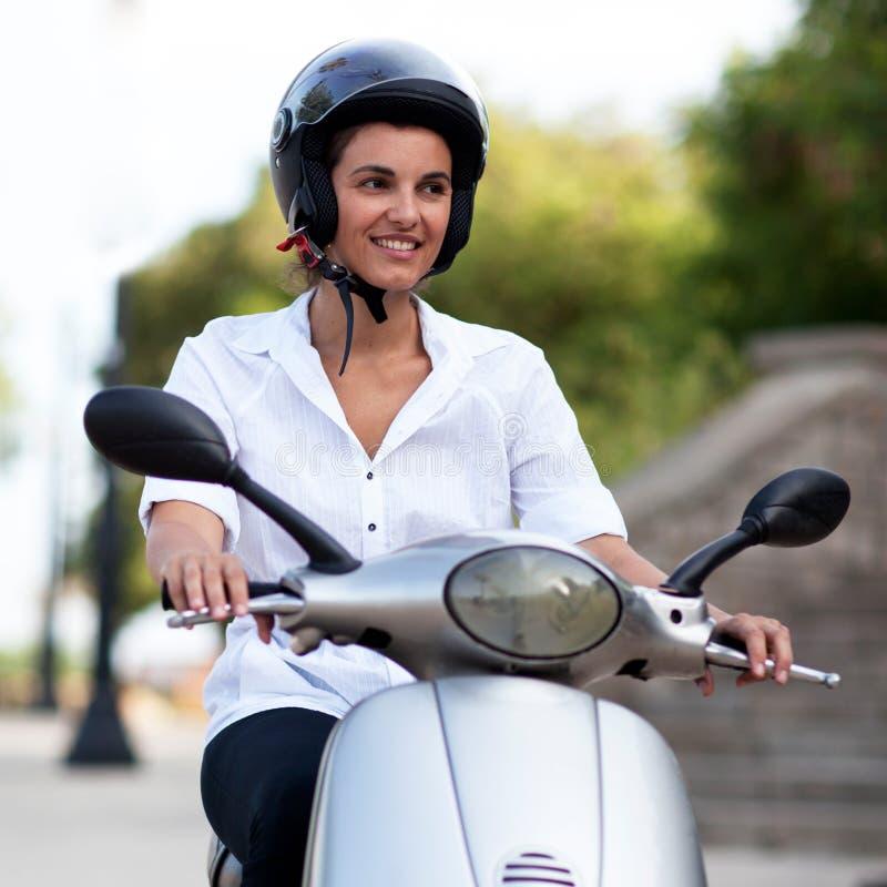 Kvinna på sparkcykeln royaltyfria foton