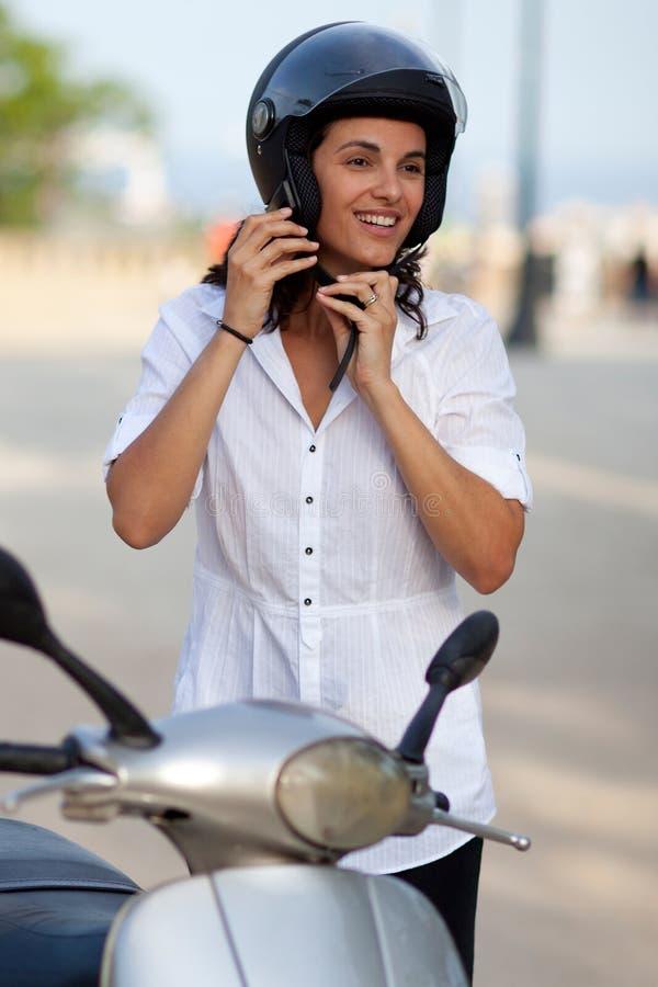 Kvinna på sparkcykeln royaltyfria bilder