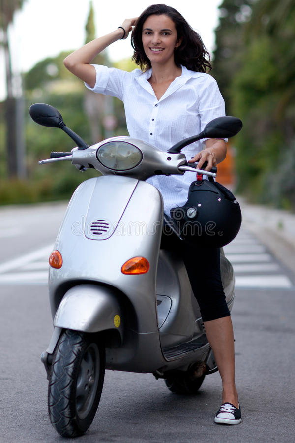 Kvinna på sparkcykeln arkivfoto