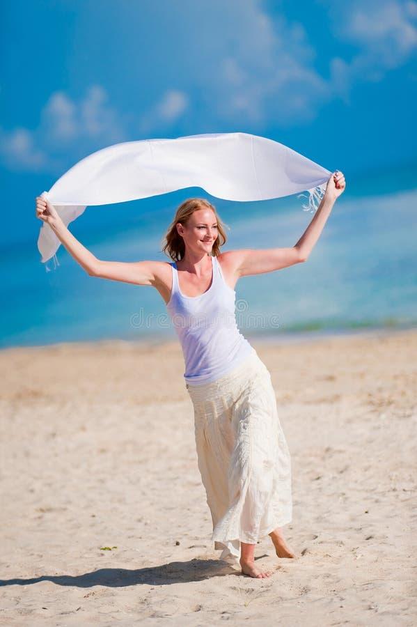 Kvinna på strand arkivfoto