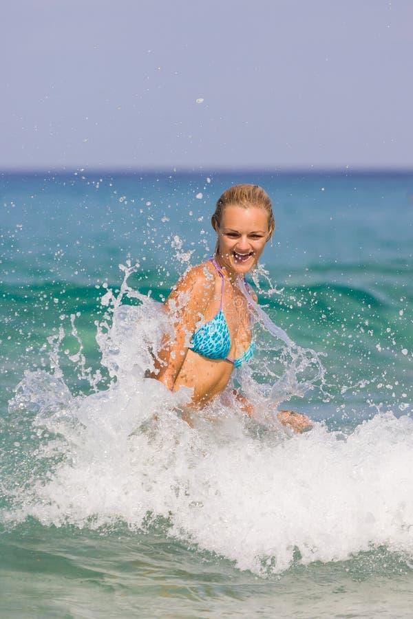 Kvinna på stranden arkivbild