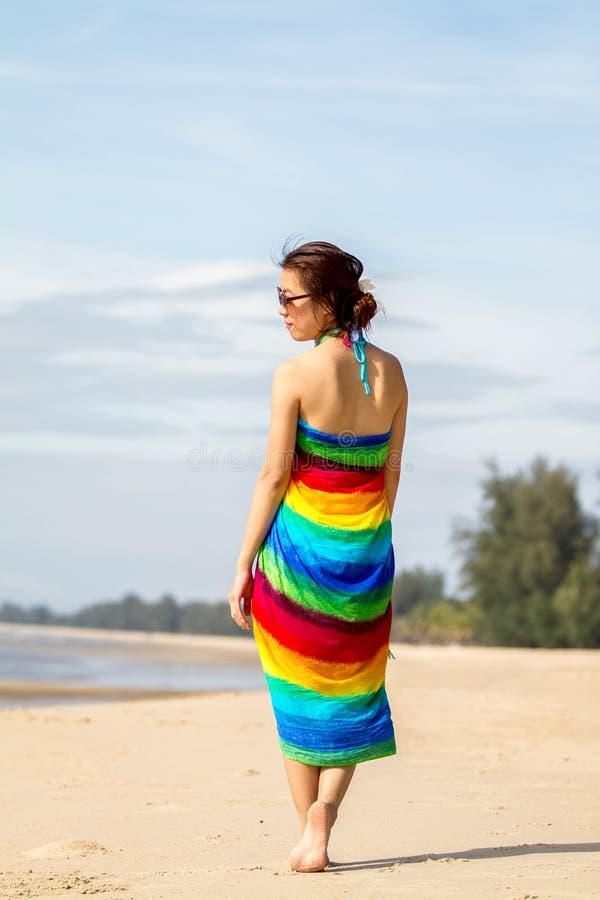 Kvinna på stranden royaltyfria bilder