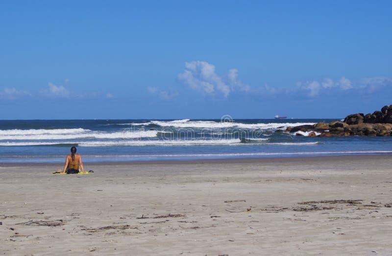 Kvinna på stranden av Brasilien arkivbilder