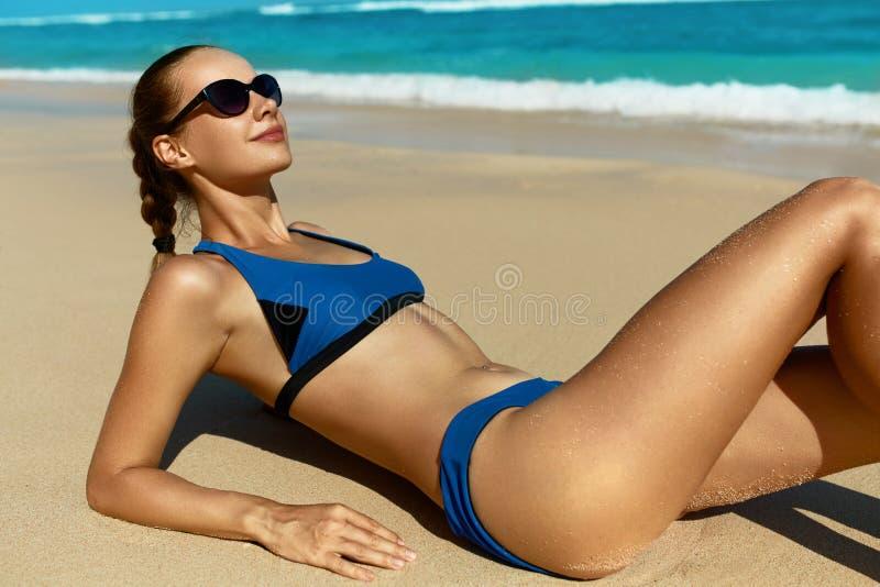 Kvinna på stranden i sommar Sexig lycklig kvinnlig modell Tanning arkivfoto