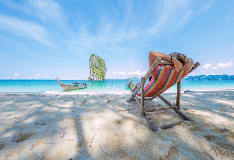 Kvinna på stranden i Thailand royaltyfri foto