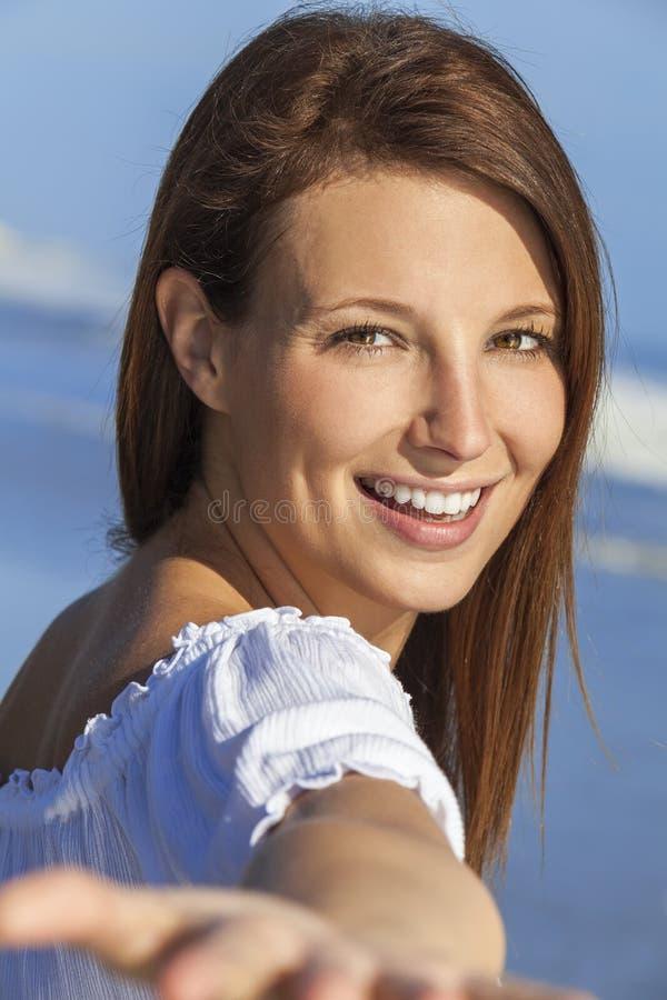 Kvinna på stranden som tar det Selfie fotografiet royaltyfri fotografi