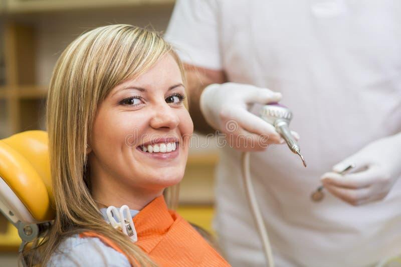 Kvinna på tandläkaren