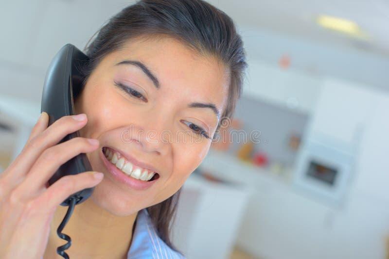 Kvinna på telefonen arkivbild