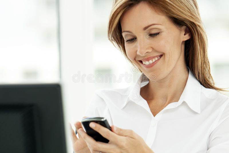 Kvinna på telefonen - affärskvinnan som i regeringsställning använder telefonen - företags ledare fotografering för bildbyråer