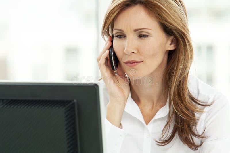 Kvinna på telefonen - affärskvinnan som i regeringsställning använder telefonen - företags ledare royaltyfri fotografi