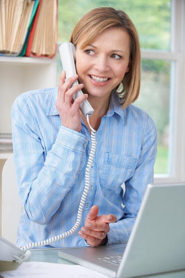 Kvinna på telefonen i inrikesdepartementet arkivbilder