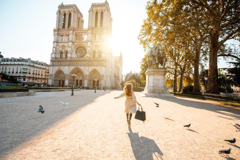 Kvinna på thesquare nära den Notre-Dame domkyrkan i Paris fotografering för bildbyråer