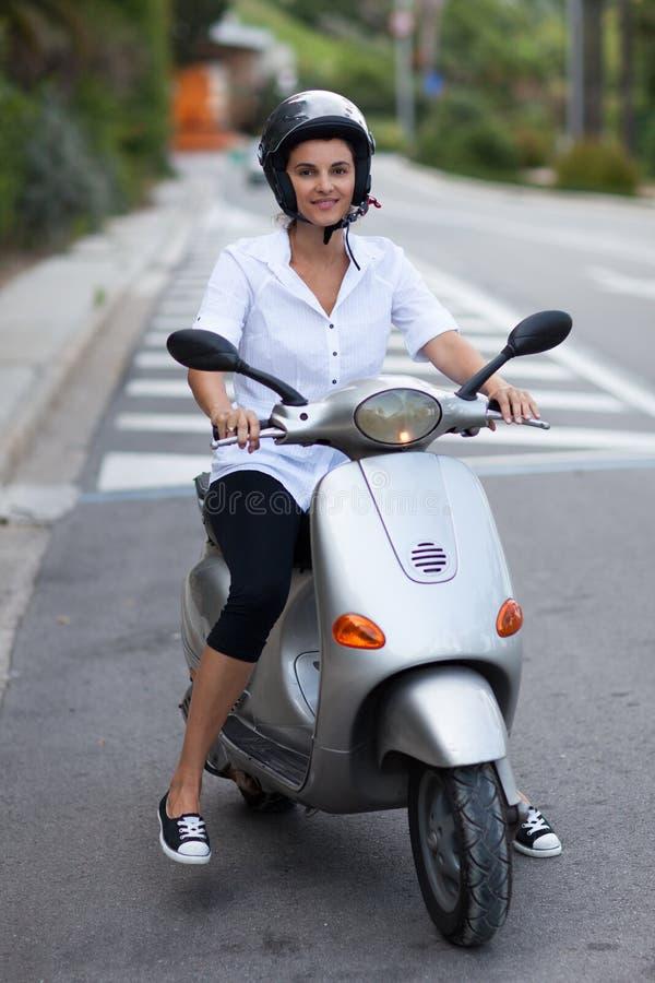 Kvinna på två hjul royaltyfri fotografi