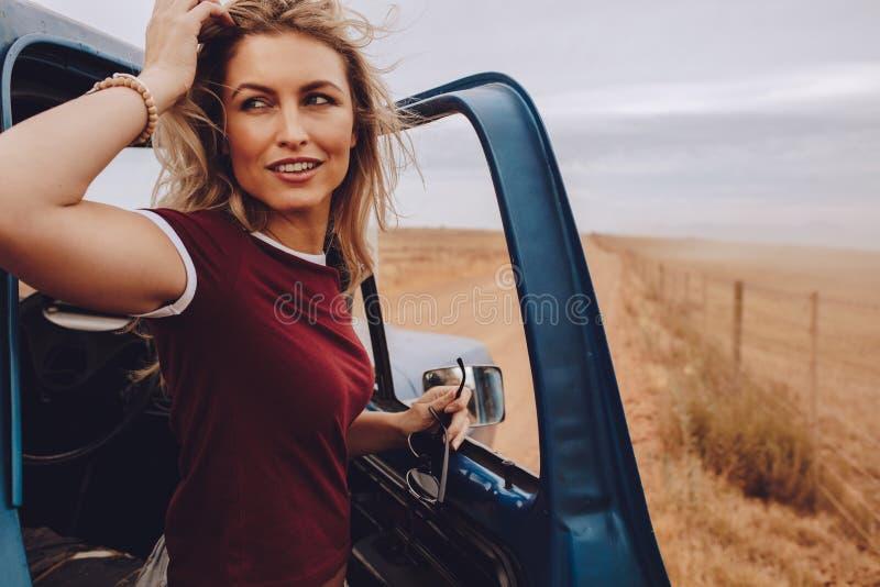Kvinna på vägtur i bygd royaltyfri bild