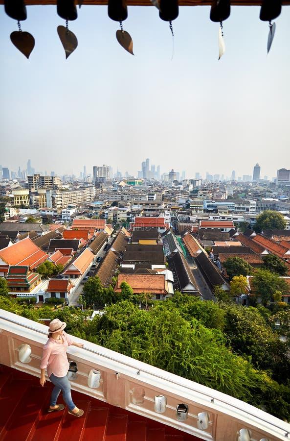 Kvinna på Wat Saket i Bangkok fotografering för bildbyråer