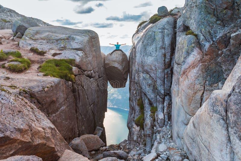Kvinna p? det Kjeragbolten loppet i Norge arkivfoto