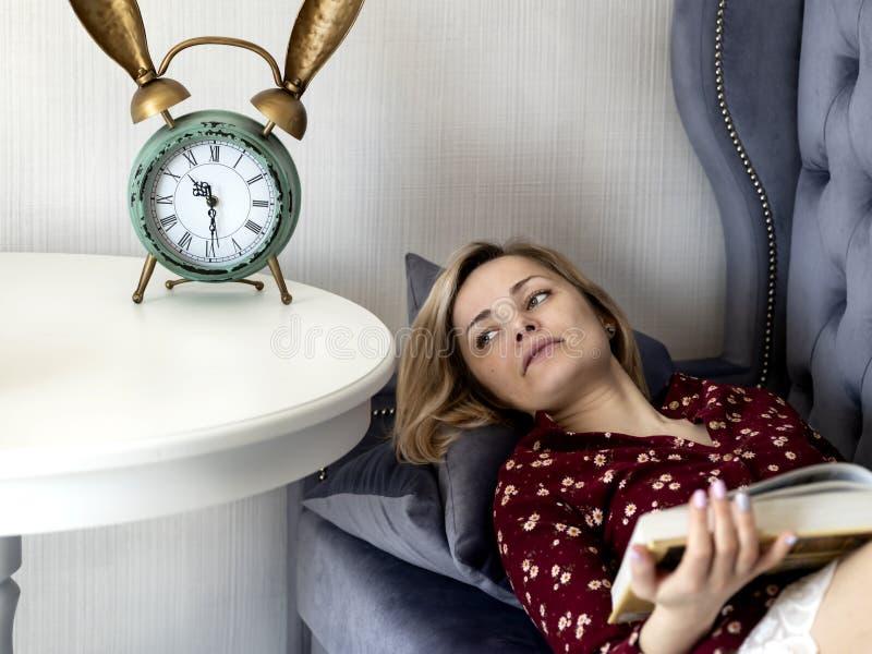 Kvinna p? soffan i rummet royaltyfria bilder
