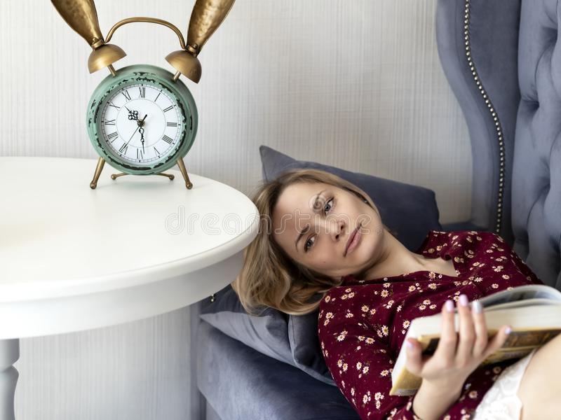 Kvinna p? soffan i rummet royaltyfri fotografi
