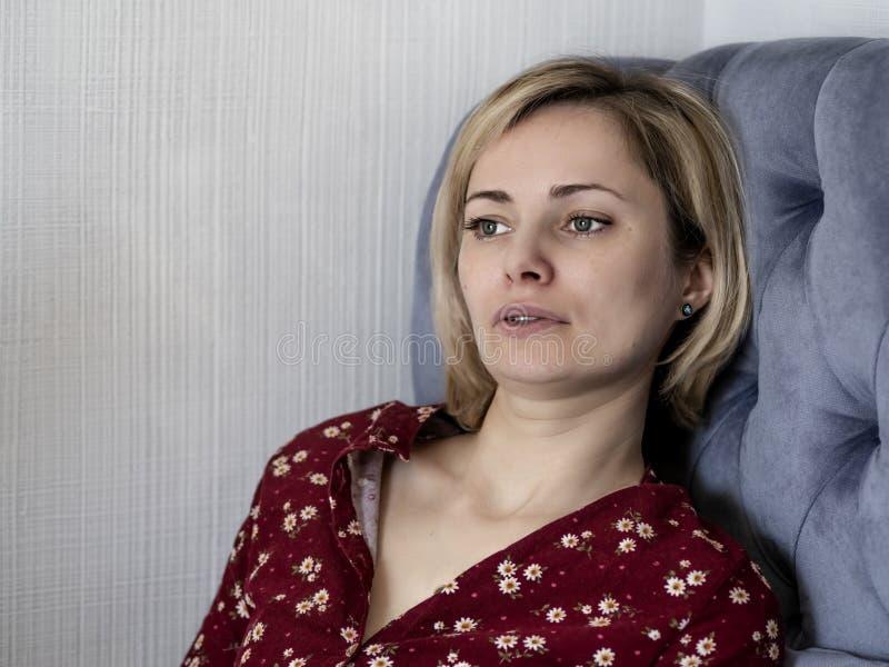 Kvinna p? soffan i rummet fotografering för bildbyråer