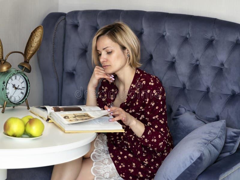 Kvinna p? soffan i rummet royaltyfri bild