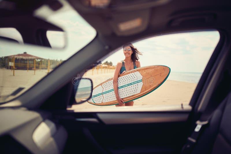 Kvinna p? stranden konkurrensar som dyker p?lsportar som simmar vatten Sund aktiv livsstil surfa f?r sommarterritorium f?r katya  fotografering för bildbyråer