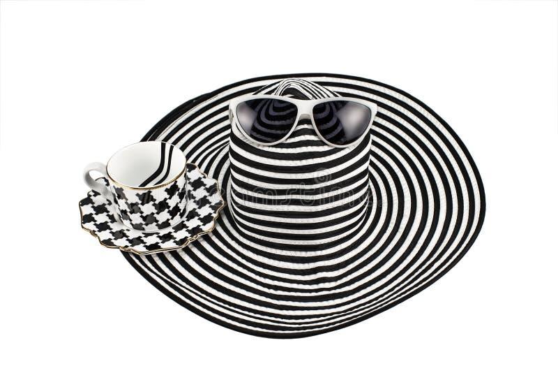 Kvinna` s gjorde randig hatt- och kaffekoppen på vit bakgrund arkivfoto