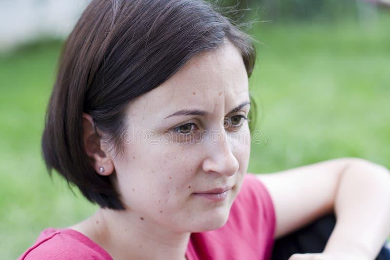 Kvinna som är borttappad i tanke arkivfoto