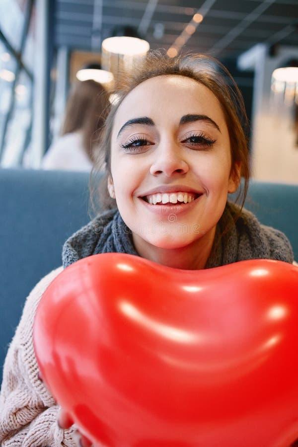 Kvinna som är förälskad i valentindag royaltyfri foto