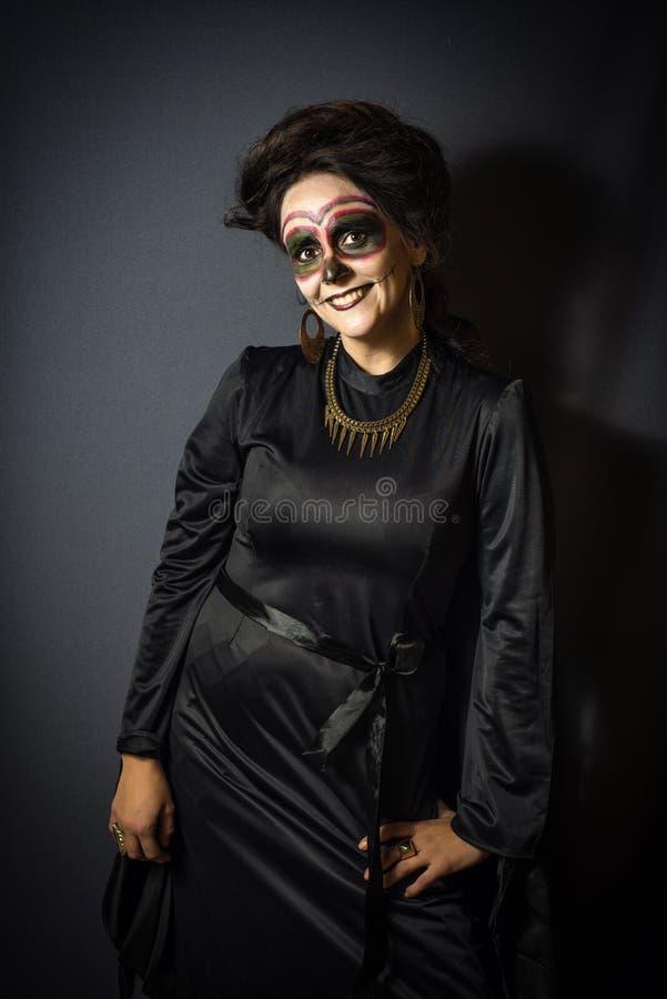 Kvinna som är förklädd för allhelgonaafton arkivbilder