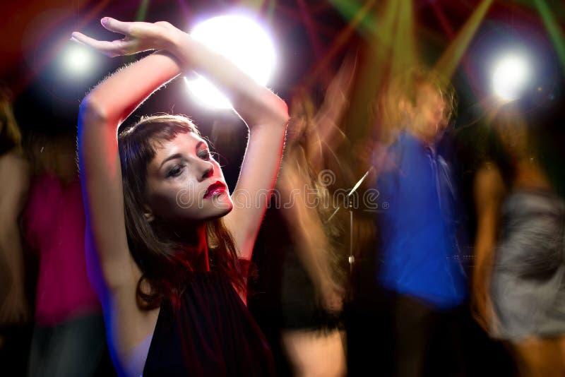 Kvinna som är hög på droger eller dricker på en klubba arkivfoto