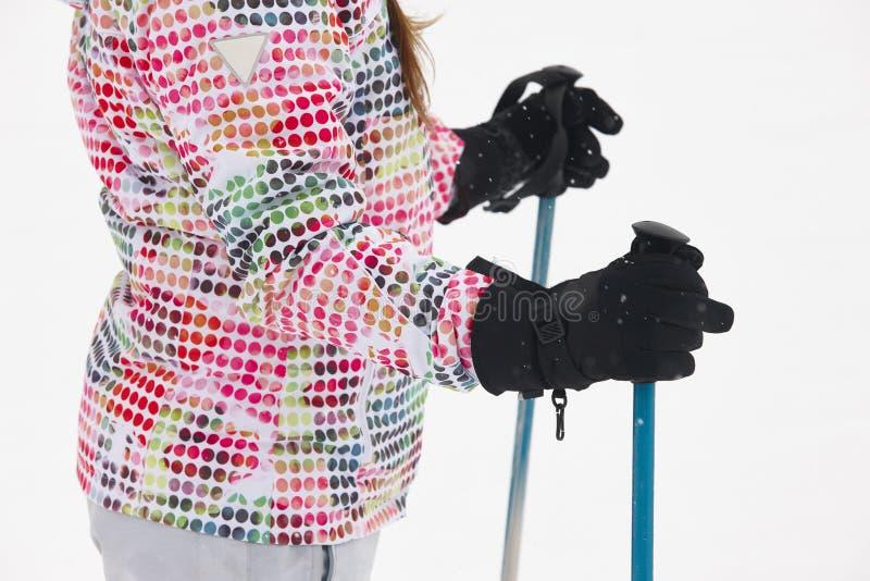 Kvinna som är klar att skida med pinnar och handskar Vinter fotografering för bildbyråer