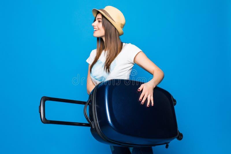 Kvinna som är klar för sommarloppet som isoleras på blå bakgrund Nätt kvinnaspring med bagage på blå bakgrund arkivfoto