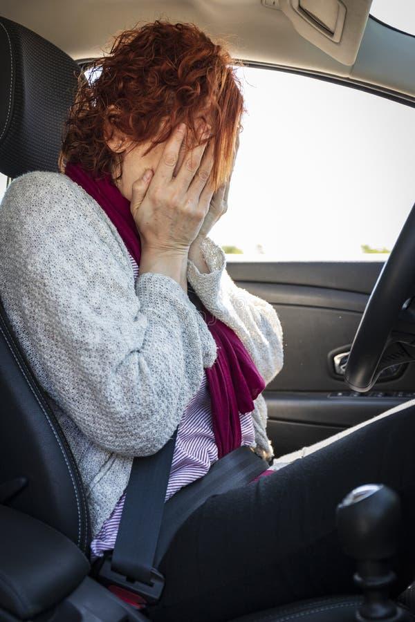 Kvinna som är rädd att köra royaltyfri bild