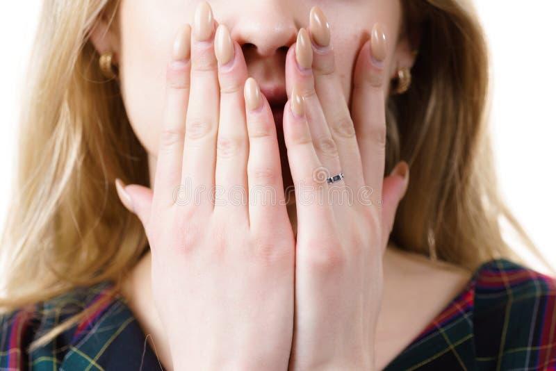 Kvinna som är tyst arkivfoto