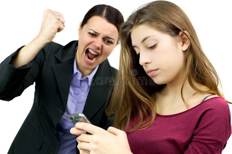 Kvinna som är villig att förstöra mobiltelefonen av dottern arkivfoton
