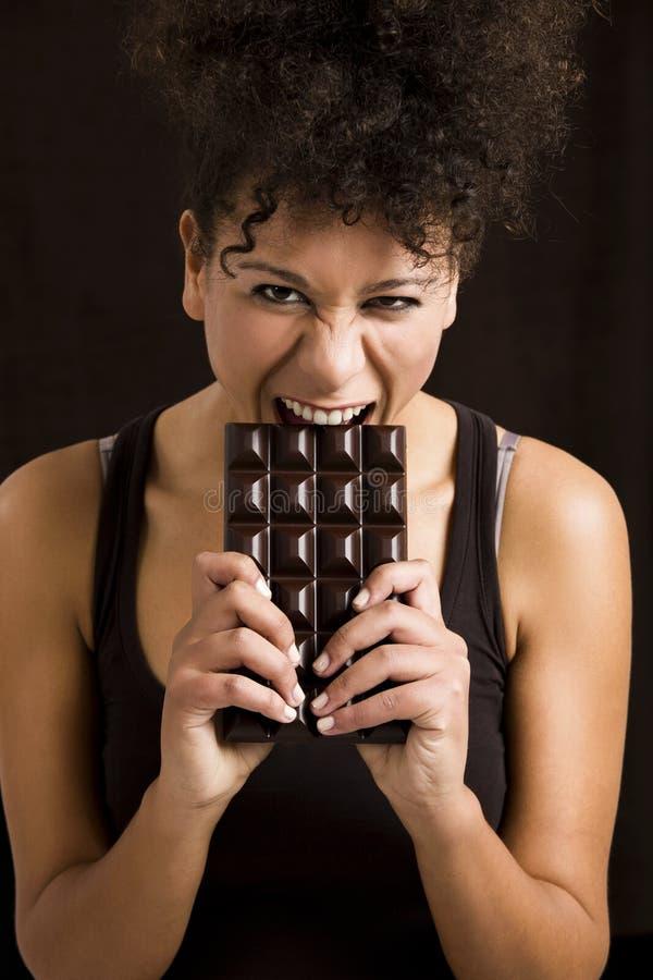 Kvinna som äter chcolate royaltyfri bild