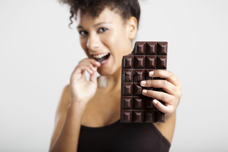 Kvinna som äter chcolate arkivbilder