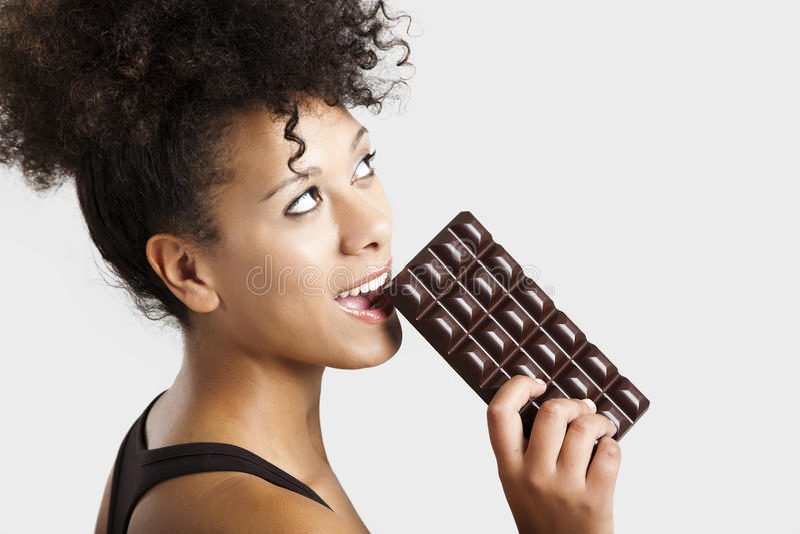 Kvinna som äter chcolate royaltyfria bilder