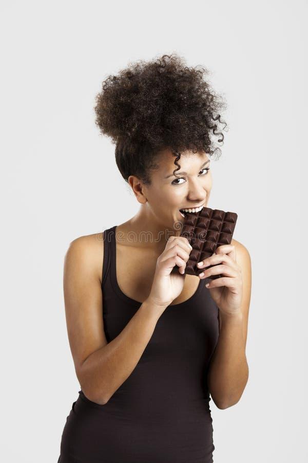 Kvinna som äter chcolate fotografering för bildbyråer