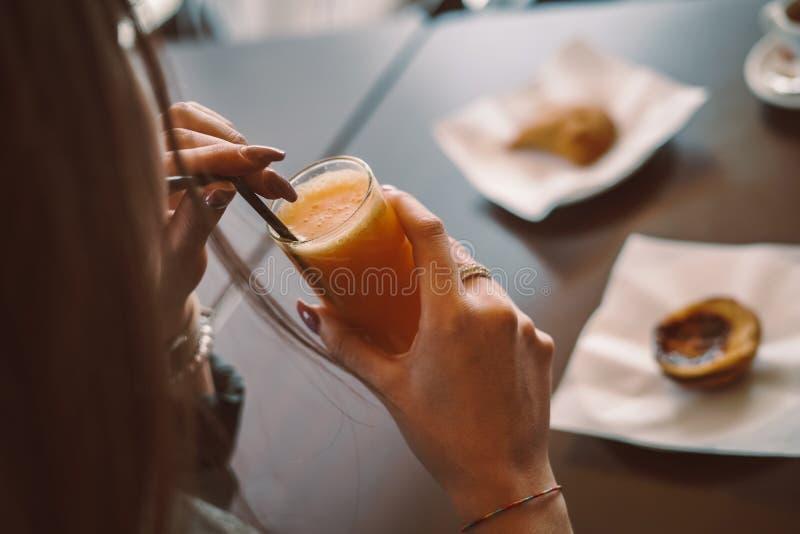 Kvinna som äter frukosten arkivfoton
