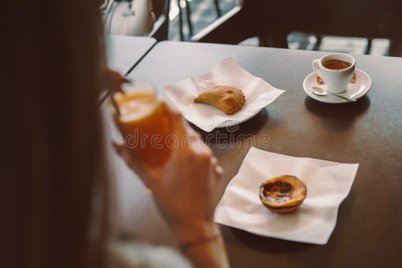 Kvinna som äter frukosten royaltyfri bild