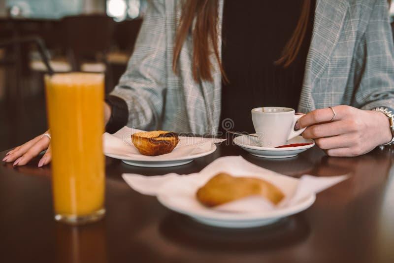Kvinna som äter frukosten arkivbilder