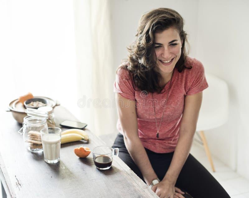 Kvinna som äter frukostmålbegrepp royaltyfri bild